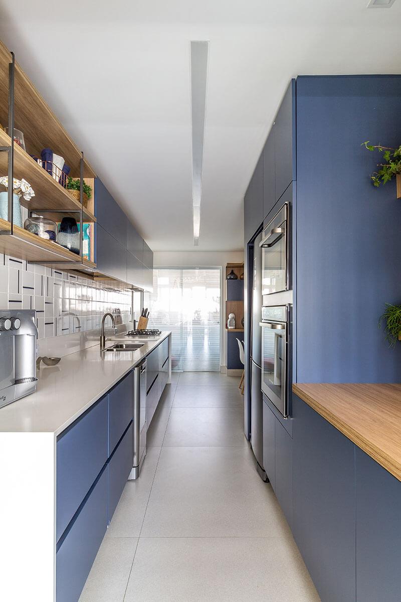 Cozinha moderna com armários azuis madeira e serralheria