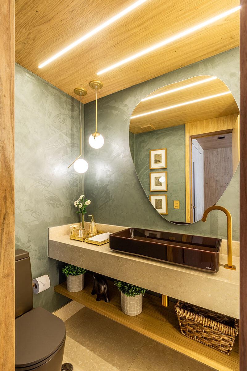 Lavabo com pintura especial verde espelho orgânico painel e forro em madeira com fita de LED e pendentes