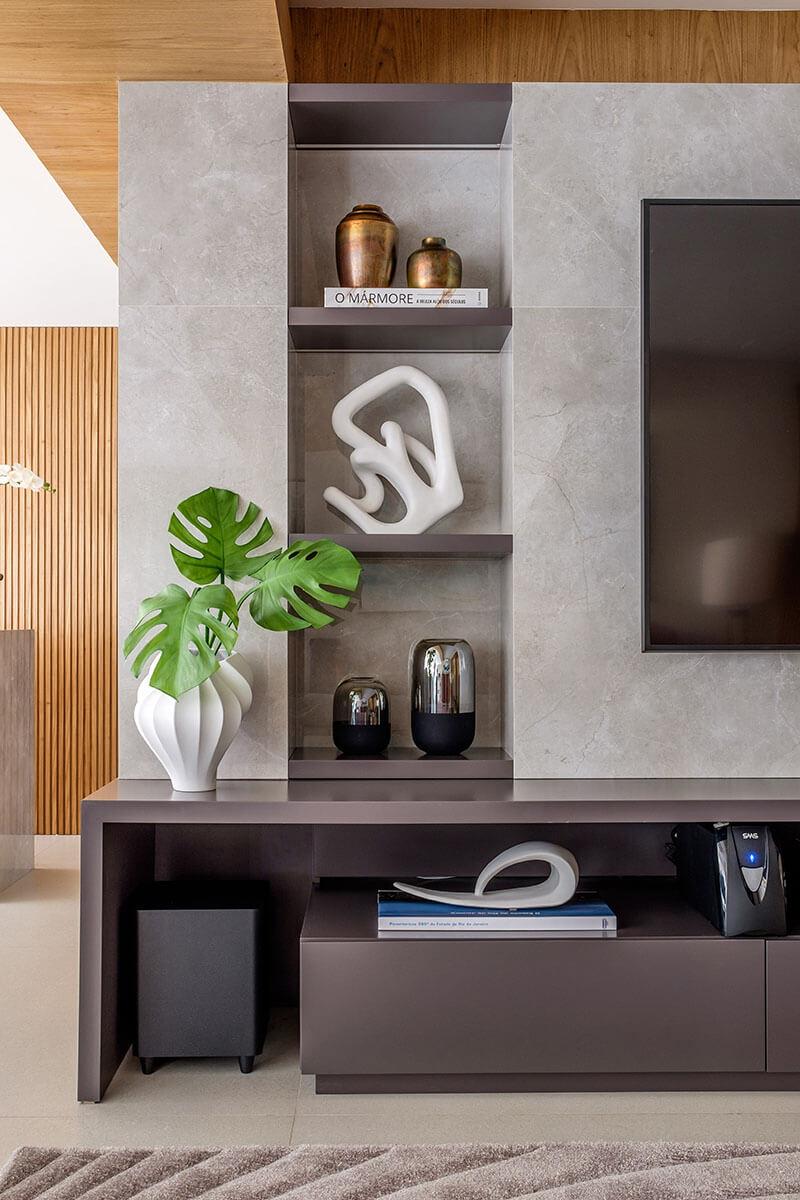 Painel em mármore com nichos para objetos