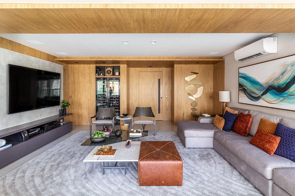 Sala com pórtico de madeira e decoração moderna