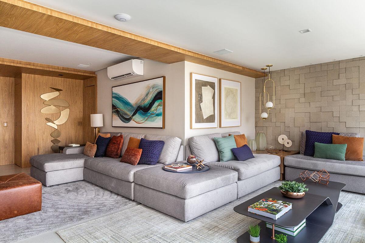 Sala e varanda integradas através de um sofá único