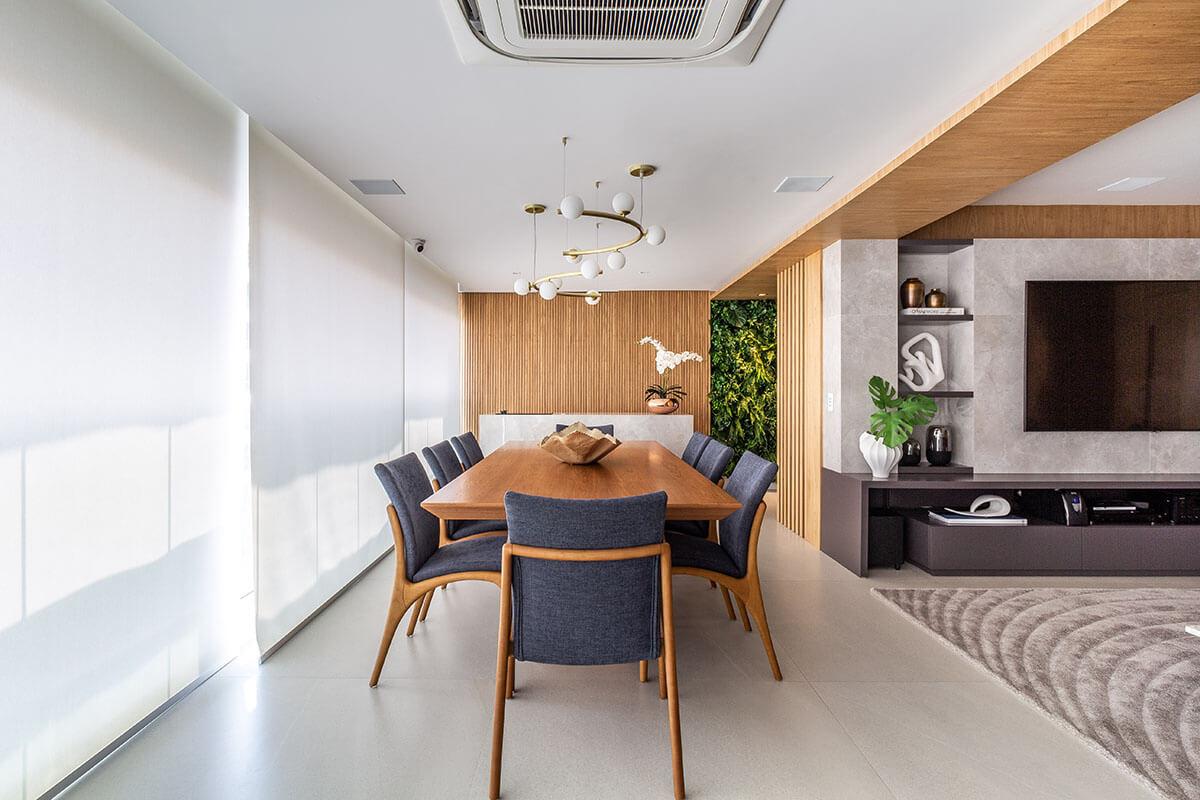 Sala e varanda integradas com ambiente gourmet e painel ripado