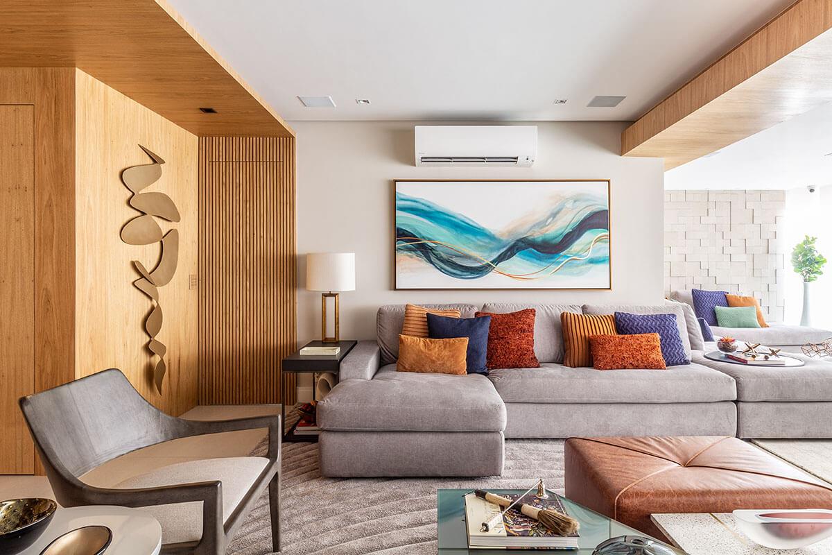 Sala integrada com varanda com madeira etons de azul e ferrugem