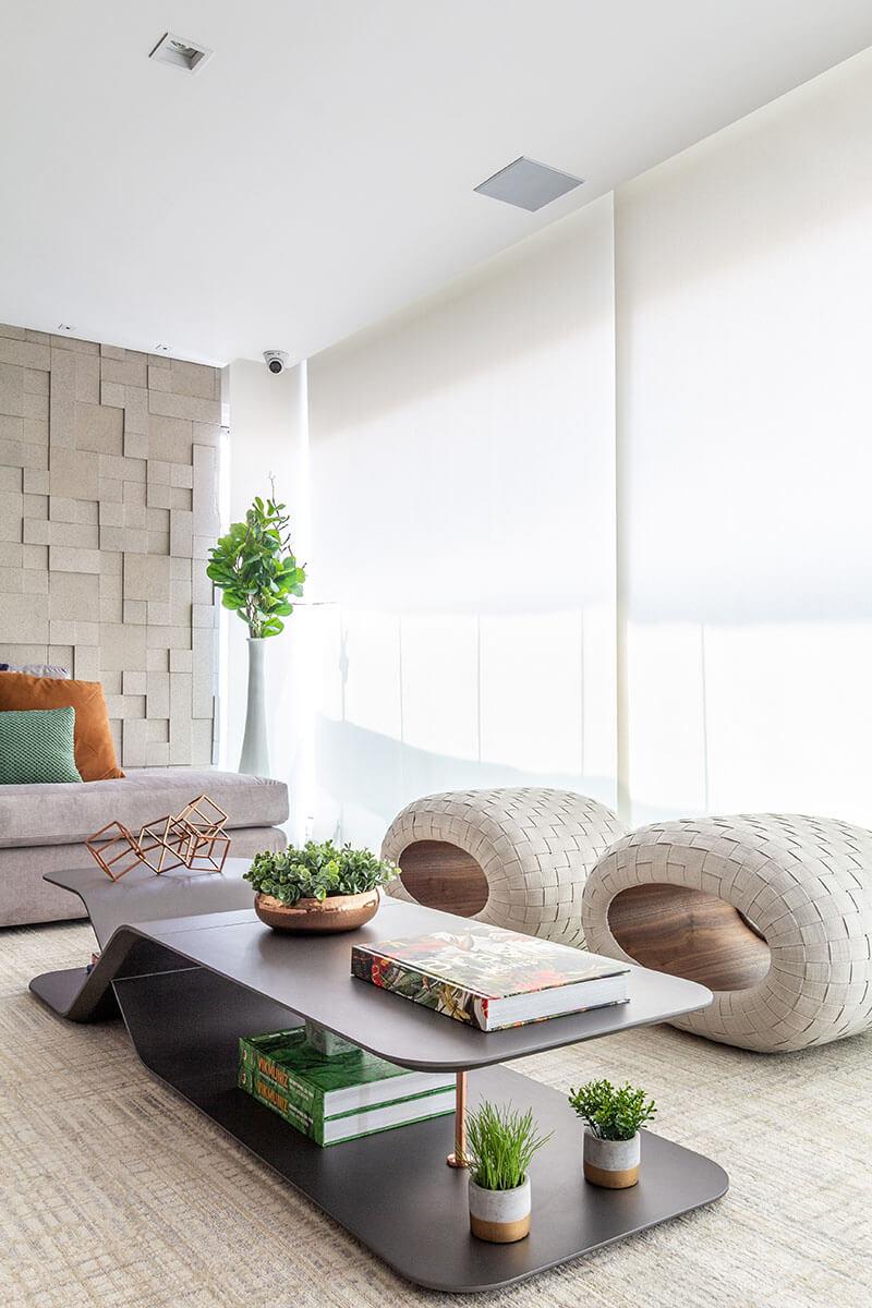 Varanda com mesa de centro e puffes de design