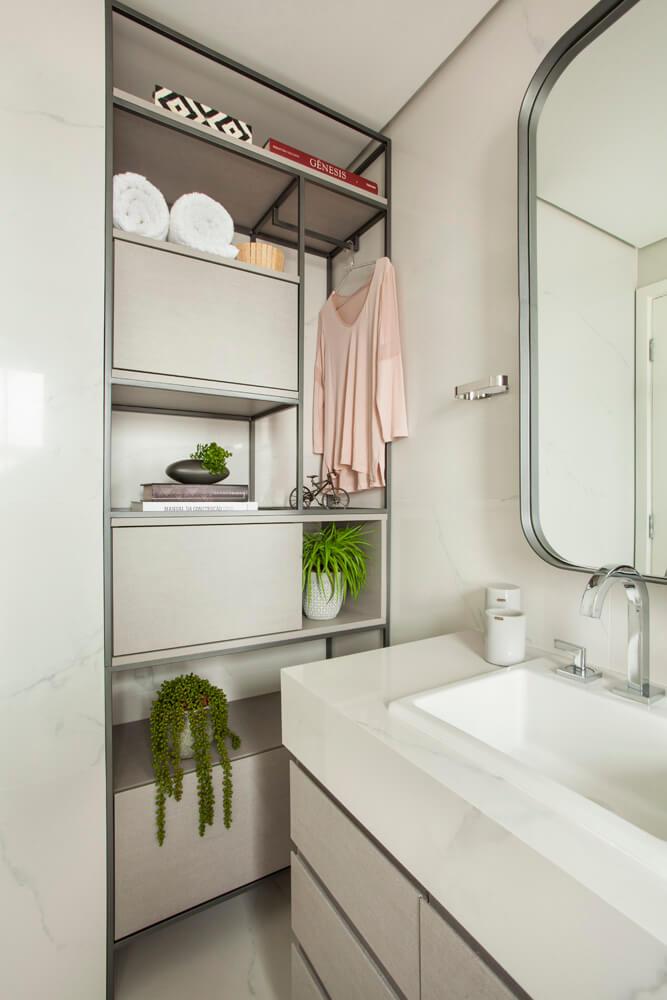 Banho casal com nicho em estrutura metálica e marcenaria compondo com o espelho