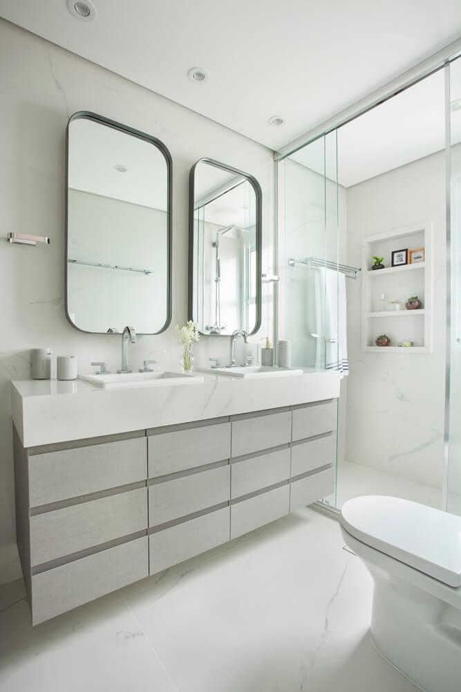 Banho de casal com espelhos sobrepostos com moldura metálica